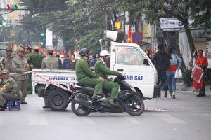 'Vành đai' cấm đường ở sân Hàng Đẫy trước trận ĐT Việt Nam - ĐT Campuchia