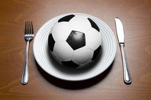 Cầu thủ bóng đá cần chế độ dinh dưỡng thế nào?