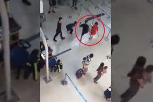 Không đồng ý chụp ảnh chung, nữ nhân viên hàng không bị côn đồ tát, đạp ngã tại sân bay