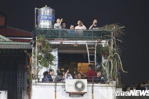 CĐV lên mái nhà uống bia, xem tuyển Việt Nam đè bẹp Campuchia