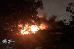 Cháy xưởng lốp xe ở TP.HCM trong đêm bão
