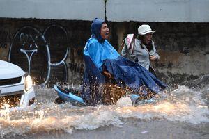 Sài Gòn ngập đường, tê liệt do mưa bão số 9