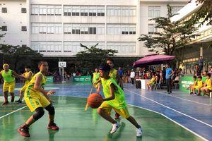 Trao giải thưởng cho nhà vô địch Giải Bóng rổ học sinh tiểu học Hà Nội