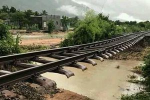 Đường sắt Bắc - Nam tê liệt vì mưa lớn làm trôi nền đường ray