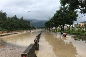Ảnh hưởng bão số 9: Quốc lộ 1A tê liệt, đường đi sân bay Cam Ranh bị chặn đứng do ngập sâu