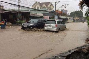 Bình Dương bắt đầu mưa lớn, đường ngập nước