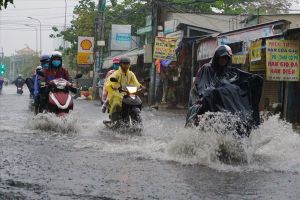Bão số 9 suy yếu thành áp thấp gây mưa lớn, đường Sài Gòn ngập thành sông