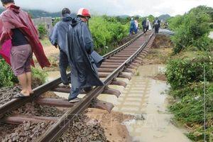 Bão số 9 biến nhiều đoạn đường ray tàu Bắc-Nam thành 'cầu treo'