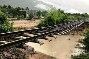 Bão số 9 gây mưa 'khủng' cuốn trôi đường ray, đường sắt Bắc-Nam tê liệt