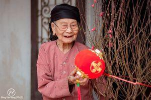 Rung động chàng trai 'dành cả thanh xuân' chụp bà ngoại 100 tuổi