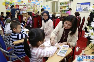 Nhóm Phụ nữ Cộng đồng ASEAN tại Hà Nội thăm lớp vẽ thiếu nhi