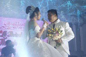 Vợ chồng Đặng Thu Thảo hát bolero trong ngày cưới