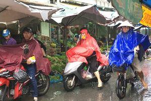 Trời mát, người Sài Gòn ngủ vùi, mặc áo mưa đi chợ muộn giữa mưa bão