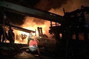 Bến Tre: Cháy 2 tàu cá đang neo đậu tránh trú bão số 9