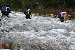 Không có cầu, hàng ngàn học sinh phải lội sông, suối đến trường