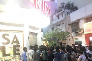 Bất chấp bão, dân Sài Gòn chen chân mua sắm dịp Black Friday