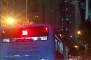 Xe bus lao vun vút trên vỉa hè trong khi đường ùn tắc