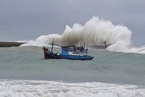 Bình Thuận: Sóng cao hơn 3m tràn vào nhà hàng chục hộ dân