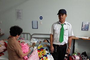 3 em bé liên tiếp chào đời trên taxi trong ngày mưa bão
