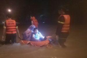 Cảnh sát cứu hộ hàng chục người kẹt giữa lũ lớn tại TP.Thủ Dầu Một
