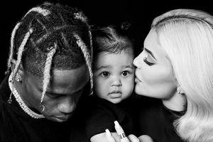 Kylie Jenner 'gây sốt' với ảnh hạnh phúc bên bạn trai và con gái đầu lòng