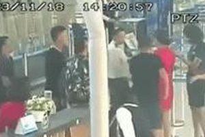 Vụ 3 thanh niên đánh nữ nhân viên hàng không Vietjet: Dân mạng phẫn nộ khi xem cilp