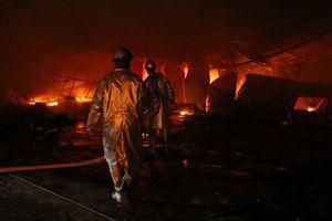 Hà Nội: Cháy gara ô tô Nam Trung Yên, nhiều 'xế sang' bị thiêu rụi