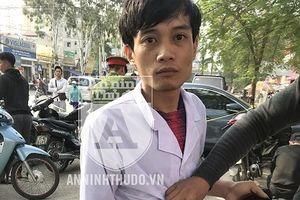 Nam nhân viên y tế vẫn mặc nguyên chiếc áo trắng khi mang theo… ma túy đá