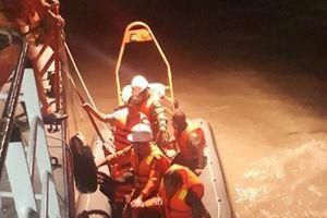 Giải cứu 5 ngư dân mắc kẹt trên chiếc tàu tránh bão