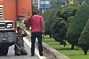 Bị dọa chém, tài xế container quỳ lạy giữa đường