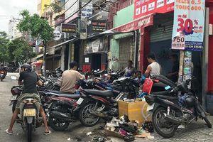 Dân TP.HCM ùn ùn đẩy xe đi sửa vì chết máy