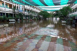 Trường học tại TP.HCM ngập trong nước