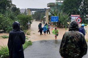 Cứu sống hai vợ chồng bị lũ cuốn trôi ở Phú Yên