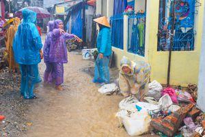 Dân Nha Trang dùng đá hộc chặn lũ tràn vào nhà