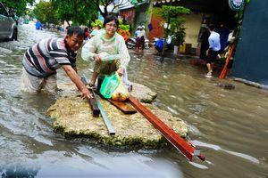 Đường Sài Gòn ngập như sông: Lexus 'chết trân', tàu bè băng băng vượt nước