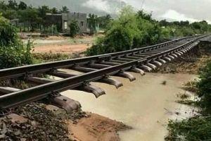 Đường sắt thông tuyến sau nhiều giờ ngập nước, xói lở đường ray vì bão số 9