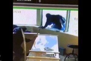 Nhân viên cửa hàng trang sức vác kiếm đánh đuổi băng cướp Canada