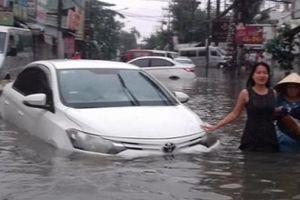 Nước ngập, kẹt xe nghiêm trọng khắp Sài Gòn trong sáng đầu tuần