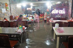 Trắng đêm tát nước, người Sài Gòn khốn cùng vì nhà bỗng dưng thành 'sông'