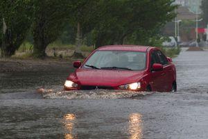 Những quy tắc vàng cần nhớ khi lái xe trong trời mưa bão để đảm bảo an toàn