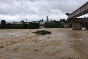 Lũ trên sông Đa Nhim dâng cao, cấm lưu thông qua cầu Ông Thiều