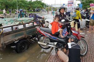 Sửa xe 'hốt bạc' khi nhiều tuyến đường Sài Gòn thất thủ sau bão