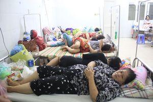 Bốn người điều trị sốt xuất huyết chen chúc trên một giường bệnh