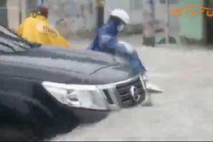 TP.HCM ngập nặng, người và xe cộ chật vật giữa biển nước