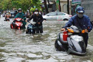 Người dân TP. Hồ Chí Minh chật vật trong trận ngập lịch sử