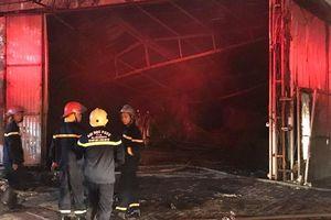 Xưởng nội thất ô tô cháy bùng cháy dữ dội trong đêm