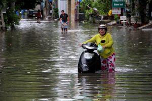 Sau cơn mưa lịch sử tại TP.HCM: Người dân xắn tay giải quyết hậu quả