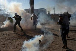Mỹ bắn đạn hơi cay sang Mexico, đóng cửa biên giới chặn người di dân