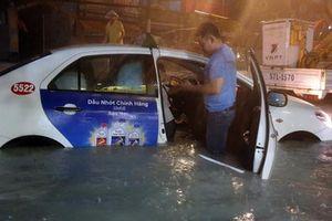 Hàng loạt xe ôtô 'chết' trong đêm mưa lũ tại Tp Hồ Chí Minh