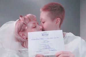 Con rơi của Thành Long trở về Hồng Kông sau khi kết hôn đồng tính